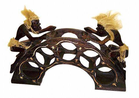 Подставка для пяти бутылок, стилизованная фигуркой аборигена 'Асмат' 55х30см.