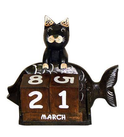 """Календарь настольный с фигуркой животного """"Кошка с рыбой"""""""