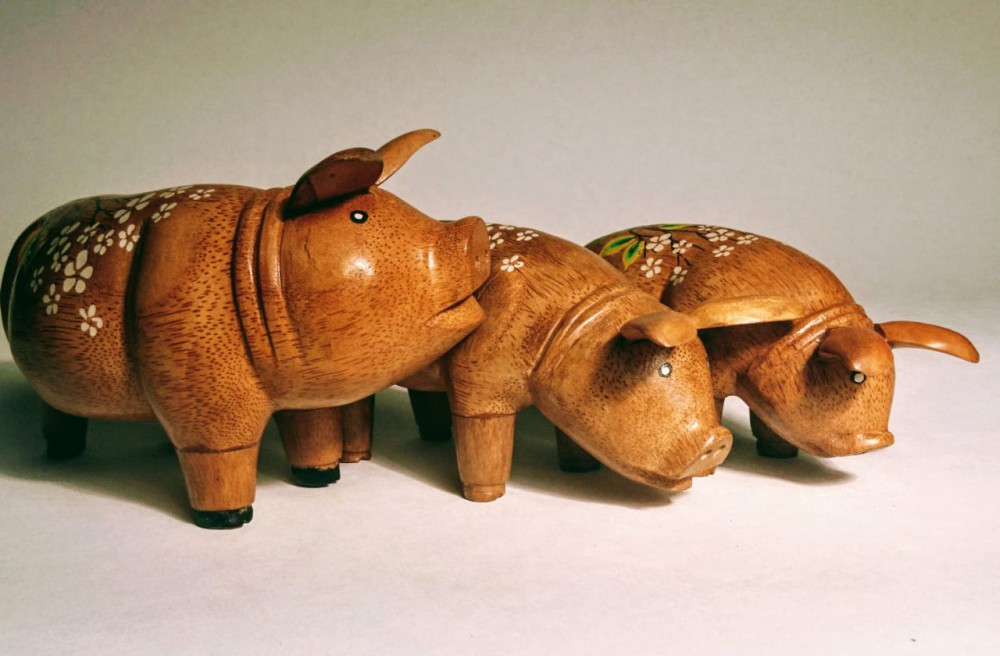 Фигурка свинки из корня бамбука 20см