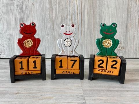 Календарь с фигуркой лягушка 12*7 см