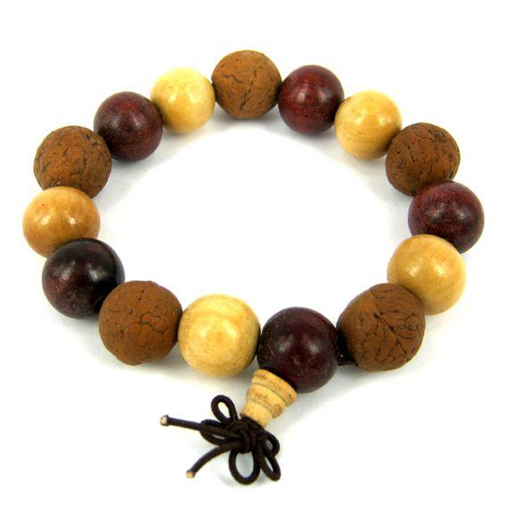 Браслет из деревянных бусин и плодов