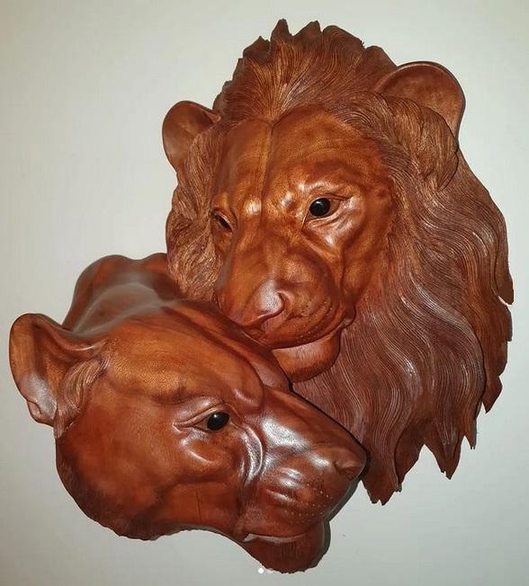 Панно из красного дерева Львица и лев 55 см